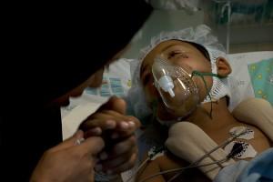 Una donna siriana con il figlio di 8 anni, nell'ospedale di Nahariya, Israele