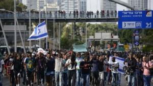 Manifestanti contro il razzismo verso gli etiopi, domenica a Tel Aviv