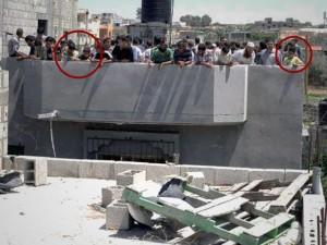 Gaza, 20 luglio 2014: civili palestinesi (nei cerchi, i bambini) concentrati sul tetto di un edificio dopo il colpo d'avvertimento con cui le Forze di Difesa israeliane avevano preannunciato di doverlo attaccare in quanto obiettivo militare
