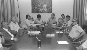 """Durò 20 ore la riunione governo israeliano presieduto da Shimon Peres (a sin nella foto) che il 30 giugno 1985 varò il piano di riforme economiche che evitò a Israele una deriva """"alla greca"""""""