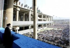 Ali Khamenei si rivolge alla folla, sabato scorso, a Teheran