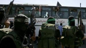 18 ottobre 2011: terroristi di Hamas a Gaza accolgono al valico di Rafah con l'Egitto un autobus di terroristi palestinesi scarcerati da Israele nell'ambito del ricatto per la liberazione dell'ostaggio Gilad Shalit