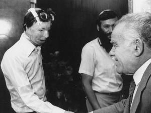 Dov Kalmanovich nel 1988, con l'allora primo ministro israeliano Yitzchak Shamir
