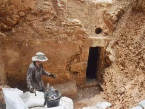 L'acceso alla grotta rivelata dagli scavi (clicca per ingrandire)