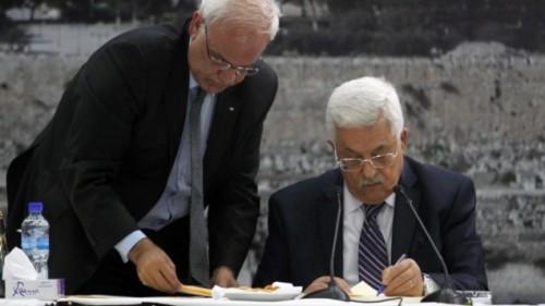Il presidente dell'Autorità Palestinese Mahmoud Abbas (Abu Mazen) e, a sinistra, il capo negoziatore palestinese Saeb Erekat, nell'aprile 2014 a Ramallah, all'atto della firma della richiesta di adesione a 15 organismi e trattati internazionali.