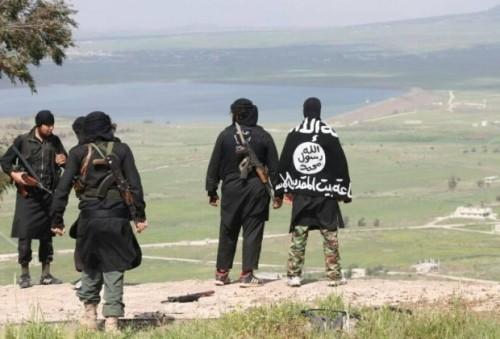 In una foto diffusa dal fronte qaedista Jabhat al Nusra, combattenti jihadisti si affacciano sulla regione di Quneitra, nel Golan siriano. All'orizzonte: Israele