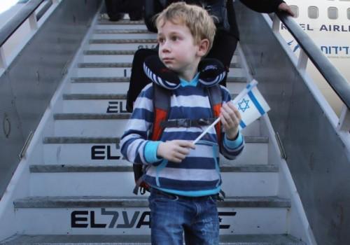 Un giovane immigrato dall'Ucraina al suo arrivo all'aeroporto Ben-Gurion lo scorso dicembre