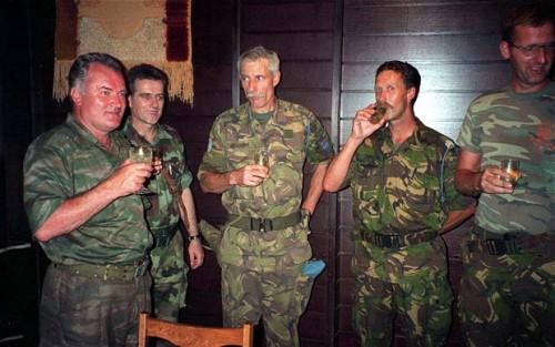 Srebrenica, luglio 1995: il brindisi di Ratko Mladic (a sinistra) con il colonnello dei caschi blu olandesi Ton Karremans