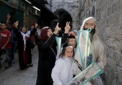 Fedeli ebrei molestati da donne musulmane nei pressi del M onte del Tempio di Gerusalemme, durante le recenti festività di Sukkot