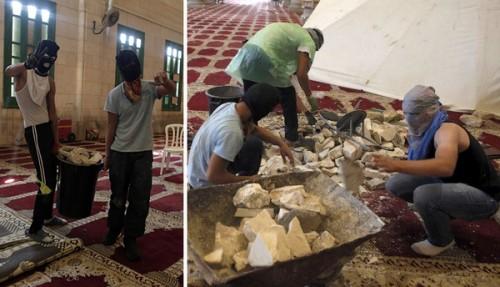 Giovani arabi palestinesi a volto coperto, dentro la Moschea di al-Aqsa (alcuni portano le scarpe), accumulano sassi da lanciare contro gli ebrei che si recano sul Monte del Tempio, 27 settembre 2015.