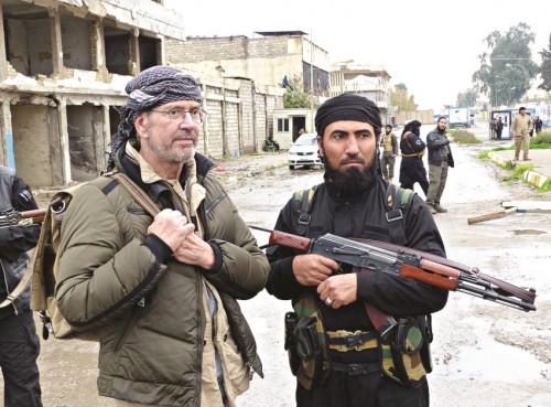 Jurgen Todenhofer in compagnia di un jihadista dell'ISIS di cittadinanza tedesca