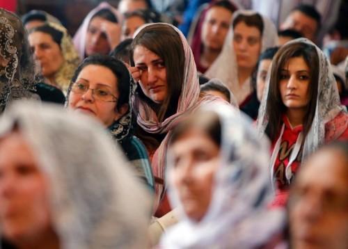Cristiani assiri profughi da Siria e Iraq assistono alla messa con i cristiani libanesi a Jdeideh (peroferia est di Beirut)