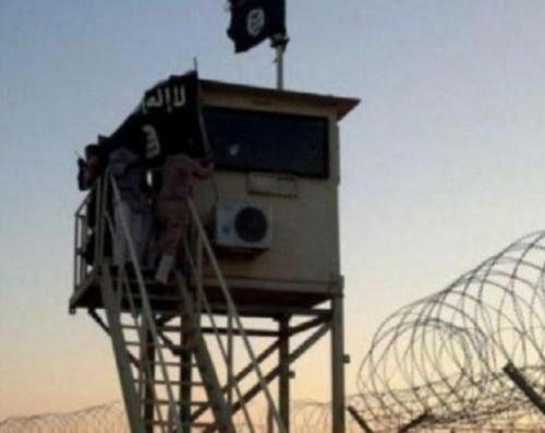 La bandiera dell'ISIS issata su una torretta di guardia egiziana nel Sinai, a ridosso del confine con Israele