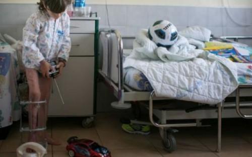 Un bambino siriano, ferito nella guerra civile del suo paese, torna a camminare grazie alle cure in Israele