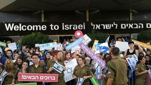 Festeggiamenti di benvenuto all'aeroporto Ben Gurion di Tel Aviv per un gruppo di 220 immigrati dal Canada
