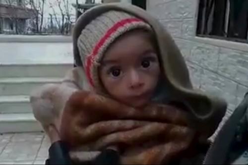 Bambino siriano nella cittadina di Madaya assediata da sei mesi dalle forze sostenute dall'Iran