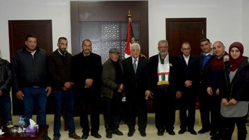 Abu Mazen all'incontro con le famiglie dei terroristi