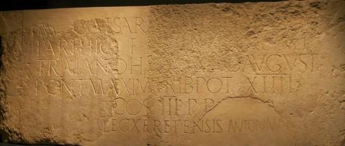 Un'iscrizione dedicata all'imperatore Adriano, le cui due metà vennero rinvenute a Gerusalemme a più di un secolo di distanza l'una dall'altra, ora riunite all'Israel Museum