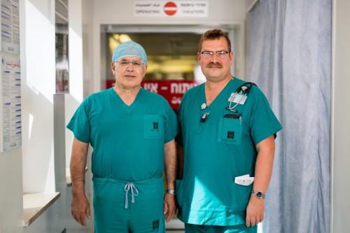 Da sinistra, Ahmed Eid, primario di chirurgia, ed Elchanan Fried, responsabile del reparto di terapia intensiva, presso l'ospedale Hadassah dell'Università di Gerusalemme