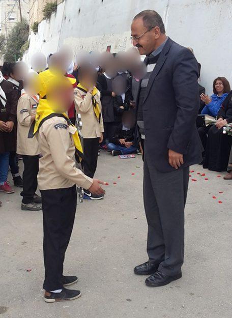 Mohammad Aliyan si intrattiene con uno scolaro nella scuola elementare Jabel Mukaber, Gerusalemme est