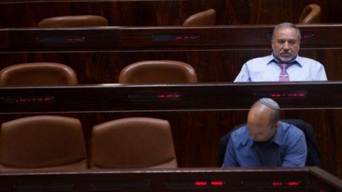Avigdor Lieberman, leader di Yisrael Beytenu (in alto) e Naftali Bennett, leader di HaBayit HaYehudi, fotografati durante una sessione della Knesset nel maggio 2015