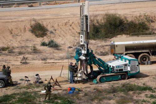 Macchinari israeliani impegnati nella ricerca di tunnel terroristici al confine con Gaza