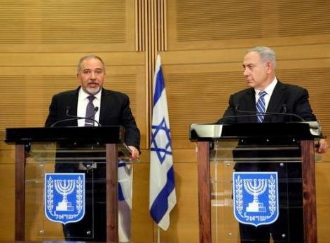Il primo ministro israeliano Benjamin Netanyahu (a destra) con il neo ministro della difesa Avigdor Lieberman alla conferenza stampa di lunedì scorso