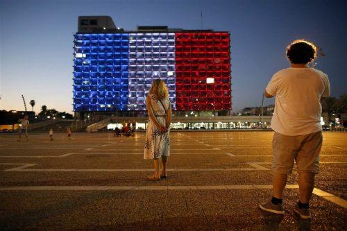 I colori della Francia sul Municpio di tel Aviv in sgno di solidarietà per le vittime dell'attentato a Nizza