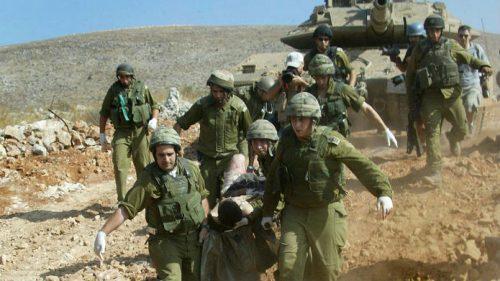luglio 2006, soldati israeliani soccorrono un compagno ferito in Libano
