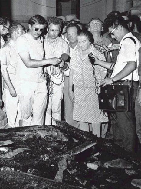 L'allora primo ministro israeliano Gold Meir sul luogo dell'incendio causato nella moschea Al Aqsa il 23 agosto 1969 da un cristiano australiano con problemi mentali
