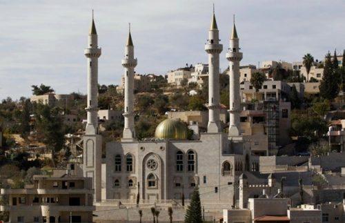 Una moschea a quattro minareti costruita di recente nel villaggio arabo-israeliano di Abu Ghosh, poco a ovest di Gerusalemme