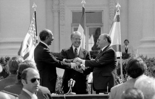 Washington, 26 marzo 1979. Il presidente egiziano Anwar Sadat, il presidente Usa Jimmy Carter e il primo ministro israeliano Menachem Begin alla firma del trattato di pace tra Egitto e Israele sul prato della Casa Bianca