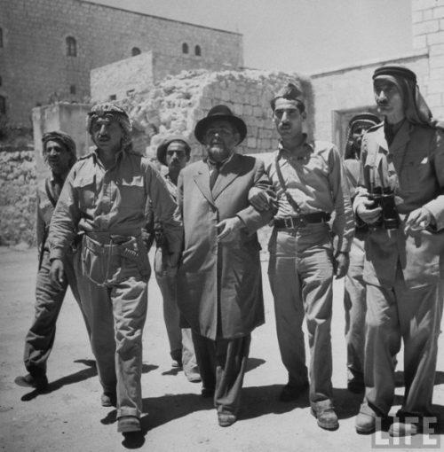 """Giugno 1948. Occupazione giordana della Città vecchia di Gerusalemme. Il sindaco del quartiere ebraico, """"mukhtar"""" Weingarten, viene scortato al quartier generale della Legione Araba"""