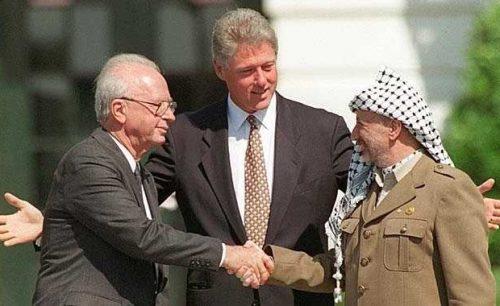 Washington, 13 settembre 1993. Il primo ministro israeliano Yitzhak Rabin, il presidente Usa Bill Clinton e il capo dell'Olp Yasser Arafat alla firma dell'accordo di Oslo sul prato della Casa Bianca