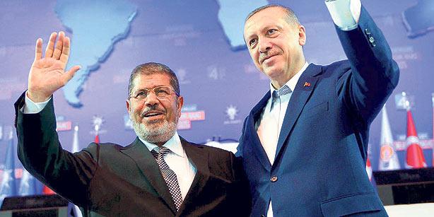 Il deposto presidente Mohamed Morsi e il premier turco Recep Tayyip Erdogan (in una foto d'archivio)