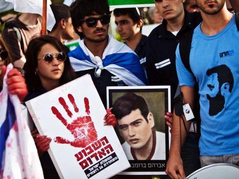 Parenti di vittime israeliane del terrorismo protestano contro la scarcerazione di terroristi che si sono macchiati di reati di sangue