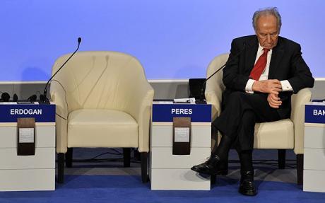 Il presidente israeliano Shimon Peres accano al posto lasciato vuoto dal primo ministro turco Recep Tayyip Erdogan quando ha bruscamente lasciato il forum di Davos il 29 gennaio 2009 in polemica con Israele sulla questione di Gaza