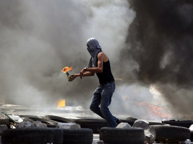 Kalandiya, 26 agosto 2013: un palestinese lancia una molotov durante gli scontri con le forze di sicurezza israeliane