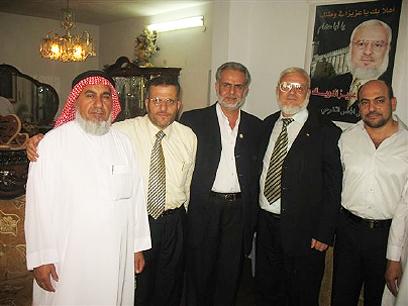 I parlamentari arabi israeliani Masud Ganaim (primo da destra) e Ibrahim Sarsur (terzo da destra), della lista xx, in visita nell'abitazione del portavoce di Hamas Aziz Dwaik (secondo da destra), per rendergli omaggio dopo la sua scarcerazione (giugno 2009)