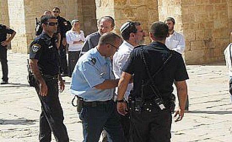 Un visitatore ebreo fermato dalla polizia israeliana per aver contravvenuto alla regola di non recitare preghiere ebraiche durante le visite sulla spianata del Monte del Tempio