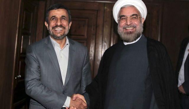 L'ex presidente Mahmoud Ahmadinejad e il neo presidente Hassan Rohani lo scorso 18 luglio a Teheran