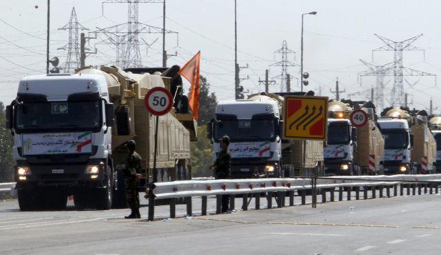 """22 Settembre 2013: camion militari iraniani in parata a Teheran con missili a lungo raggio. Sul muso, lo striscione: """"Israele deve cessare di esistere"""""""