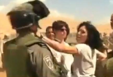 La diplomatica francese Marion Fesneau-Castaing colpisce un soldato israeliano diurante l'incidente di venerdì scorso a Khirbet al-Makhul