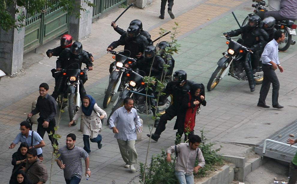 La repressione delle manifestazioni studentesche davanti all'Università di Teheran nel giugno 2009