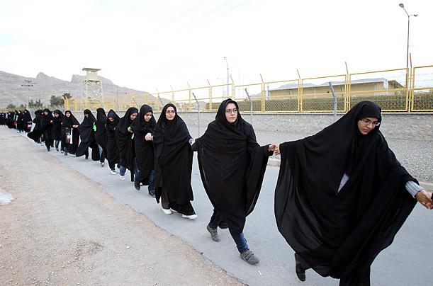 15 novembre 2011 - Studentesse iraniane mandate a fare da scudi umani attorno all'impianto di conversione dell'uranio a Isfahan, dopo un rapporto dell'Agenzia Internazionale dell'Energia Atomica (AIEA) che accusava l'Iran di utilizzare la tecnologia nucleare per produrre armi