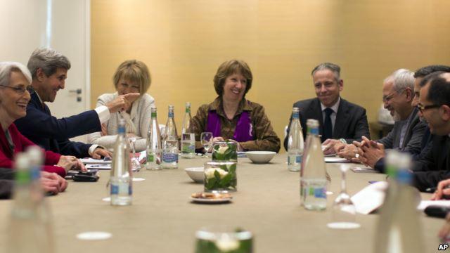 Ginevra, 9 Novembre 2013. Il Segretario di stato Usa John Kerry (seconda da sinistra) con l'Alto rappresentante dell'Unione Europea per gli affari esteri, Catherine Ashton (al centro) e il Ministro degli esteri iraniano, Mohammad Javad Zarif (terzo da destra)
