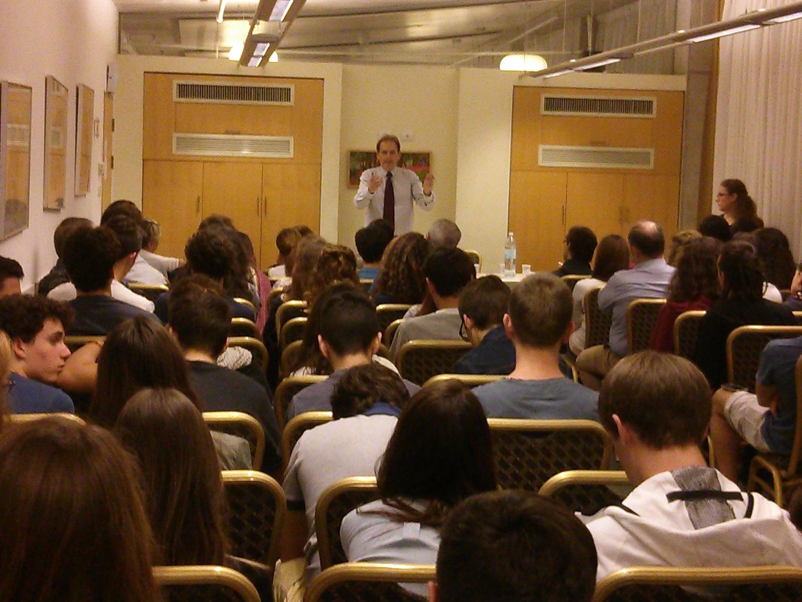 """Claudio Pagliara, responsabile dell'Ufficio Rai per il Medio Oriente, ha incontrato martedì sera a Tel Aviv gli studenti italiani del viaggio """"Alla scoperta di Israele"""""""
