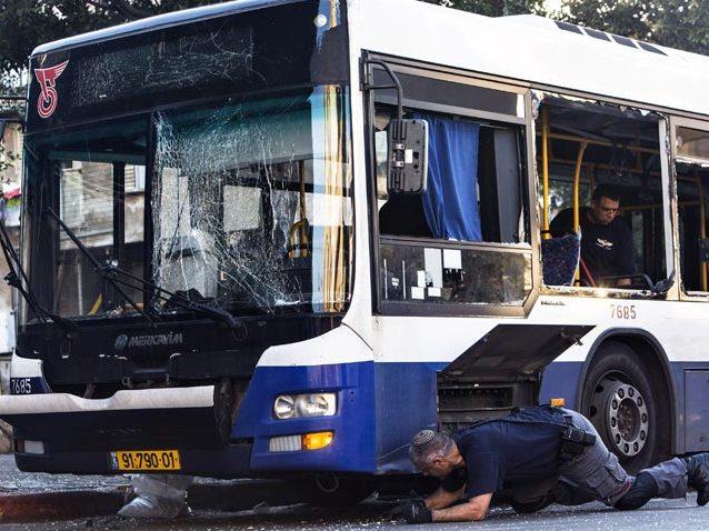 L'autobus di Bat Yam su cui il 22 dicembre 2013 un viaggiatore ha individuato un ordigno in tempo perché l'autista facesse scendere tutti i passeggeri evitando una strage