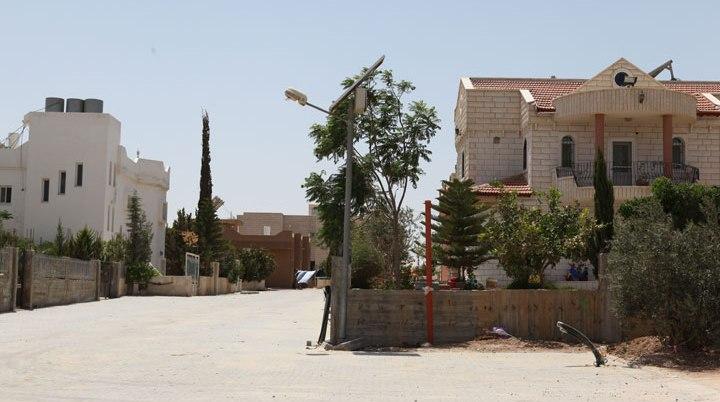 Una strada del villaggio beduino di Drijat, il primo villaggio beduino a energia solare. Il villaggio è stato trasformato nel 2005 in un moderno villaggio solare grazie a un progetto del governo israeliano per un sistema di energia solare multiuso: molte case, la scuola, la moschea e l'illuminazione stradale a Drijat sono alimentate da pannelli solari. (foto: MFA)