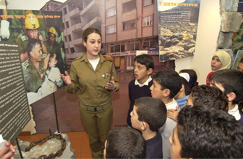 """Una soldatessa israeliana tiene una lezione di difesa civile a ragazzi di quinta elementare della scuola arabo-israeliana """"Alachuwa"""""""